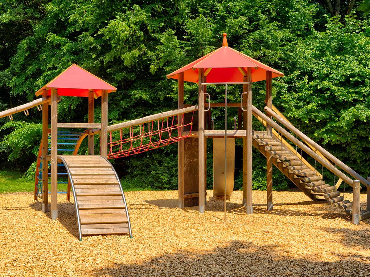 Kinder-Spielplatz aus Holz mit Holzschnitzeln
