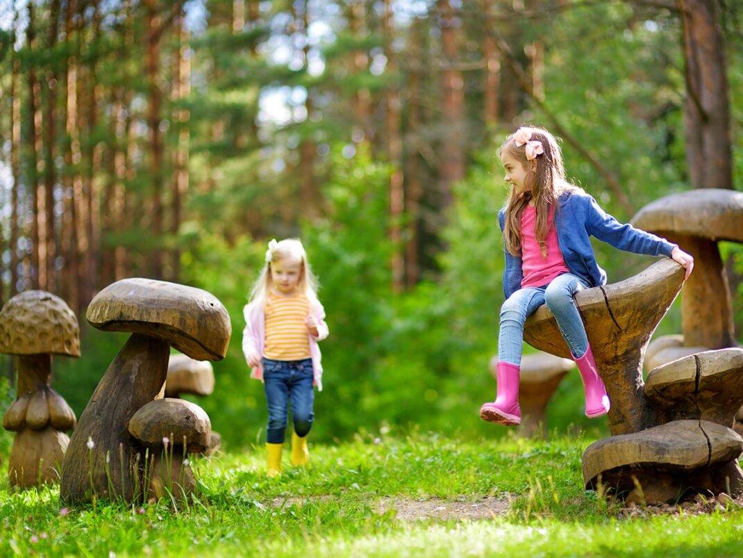 Zwei Mädchen spielen auf Naturspielplatz