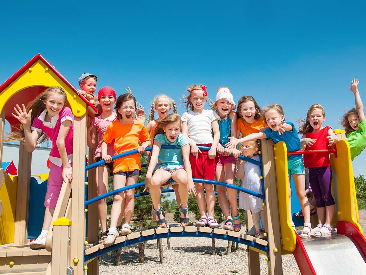 Gruppe von Kindern freut sich auf Kinder-Spielplatz