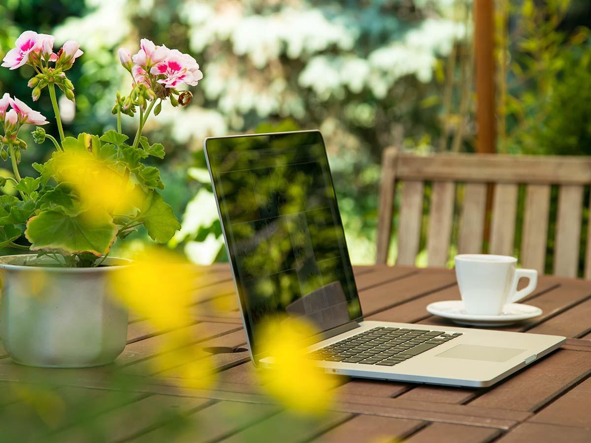 Laptop im Garten auf Tisch