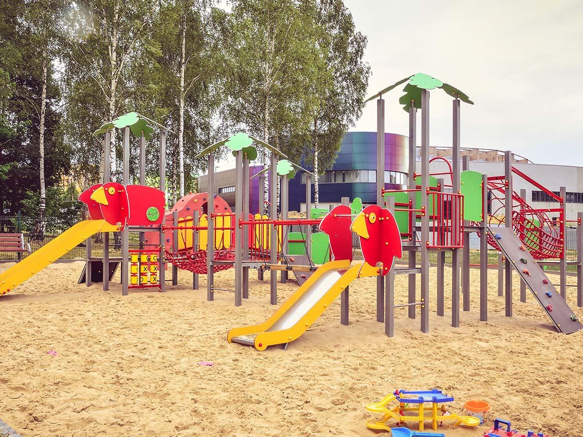 Großer Kinder-Spielplatz mit verschiedenen Elementen