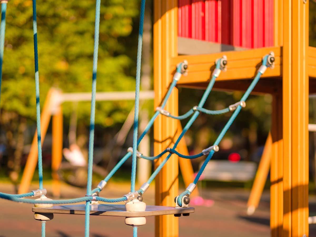 Klettergerät auf Kinder-Spielplatz