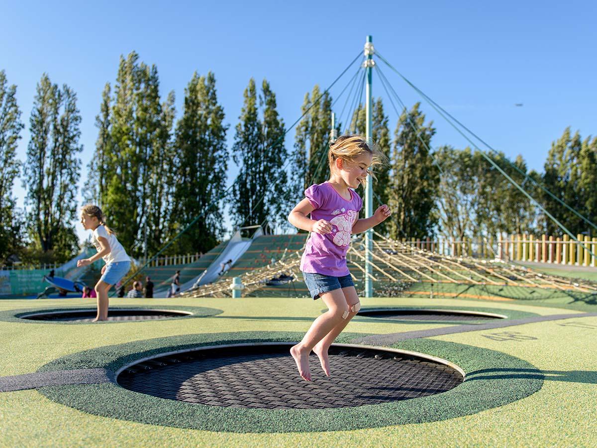 Kinder springen auf Trampolin auf Kinder-Spielplatz