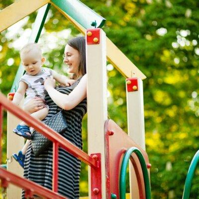 Mutter & Baby auf Kinder-Spielplatz