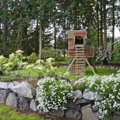 Kinder-Spielplatz in großem Garten