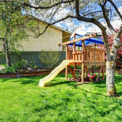 Selbstgebauter Spielplatz in Garten