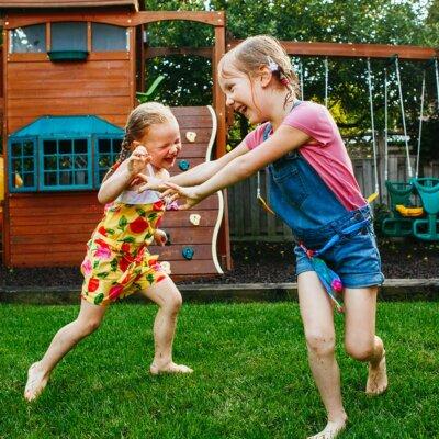 Mädchen spielen auf Spielplatz