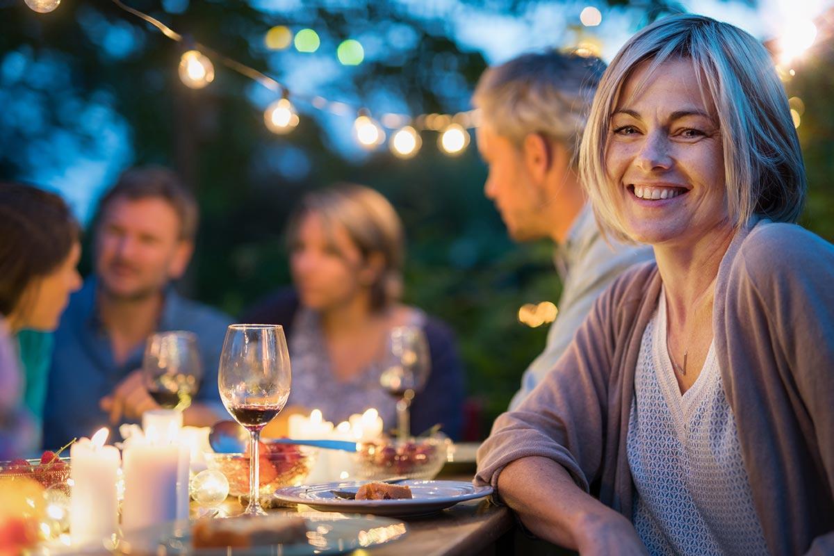 Frau feiert mit Freuden 40. Geburtstag in Garten