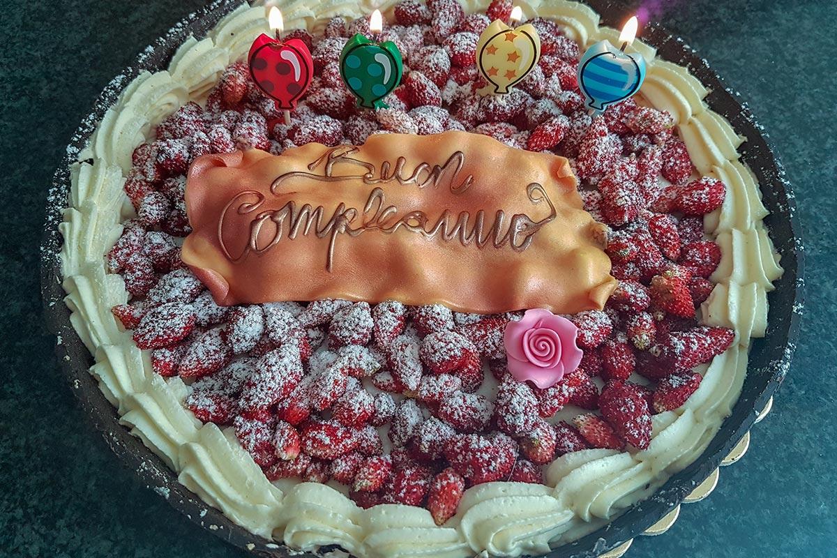 Geburtstagstorte mit Buon Compleanno auf Italienisch