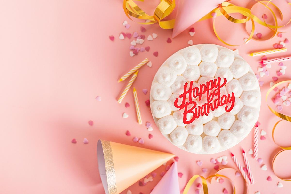 Torte zum Ehrentag mit Konfetti und Partydeko