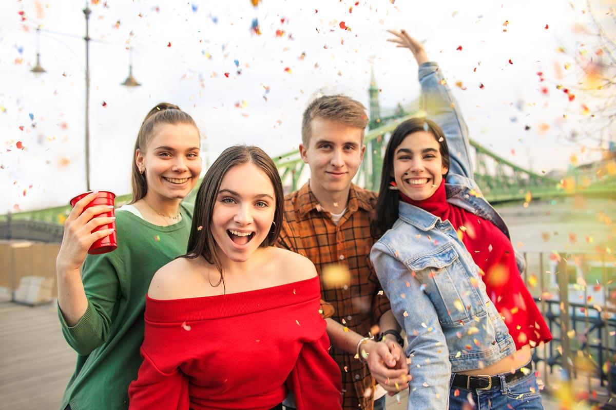 Freunde feiern Geburtstag in Budapest mit Konfetti