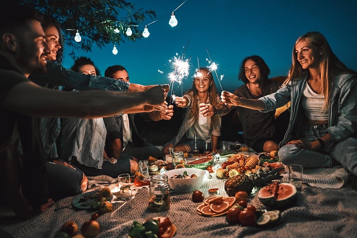 Freunde feiern abends 25. Geburtstag mit Geburtstags-Text