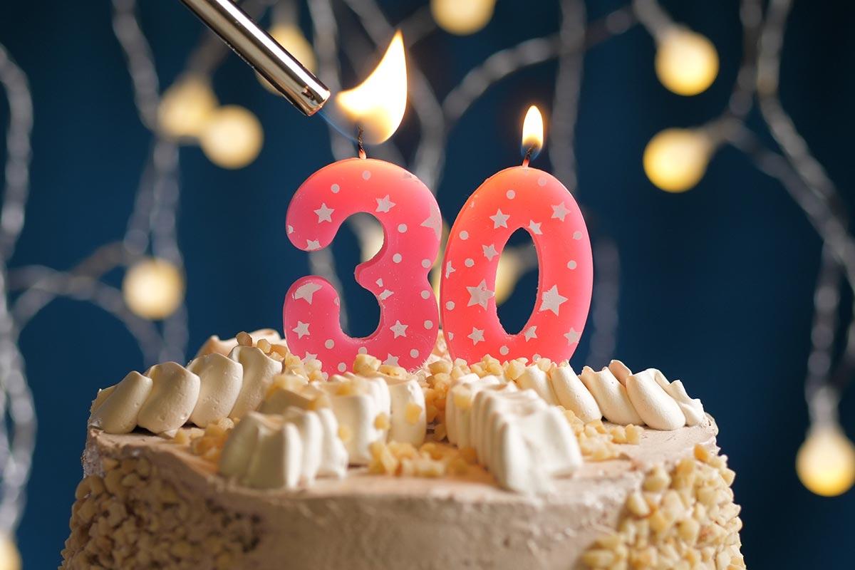 Torte mit Kerzen zum 30. Geburtstag