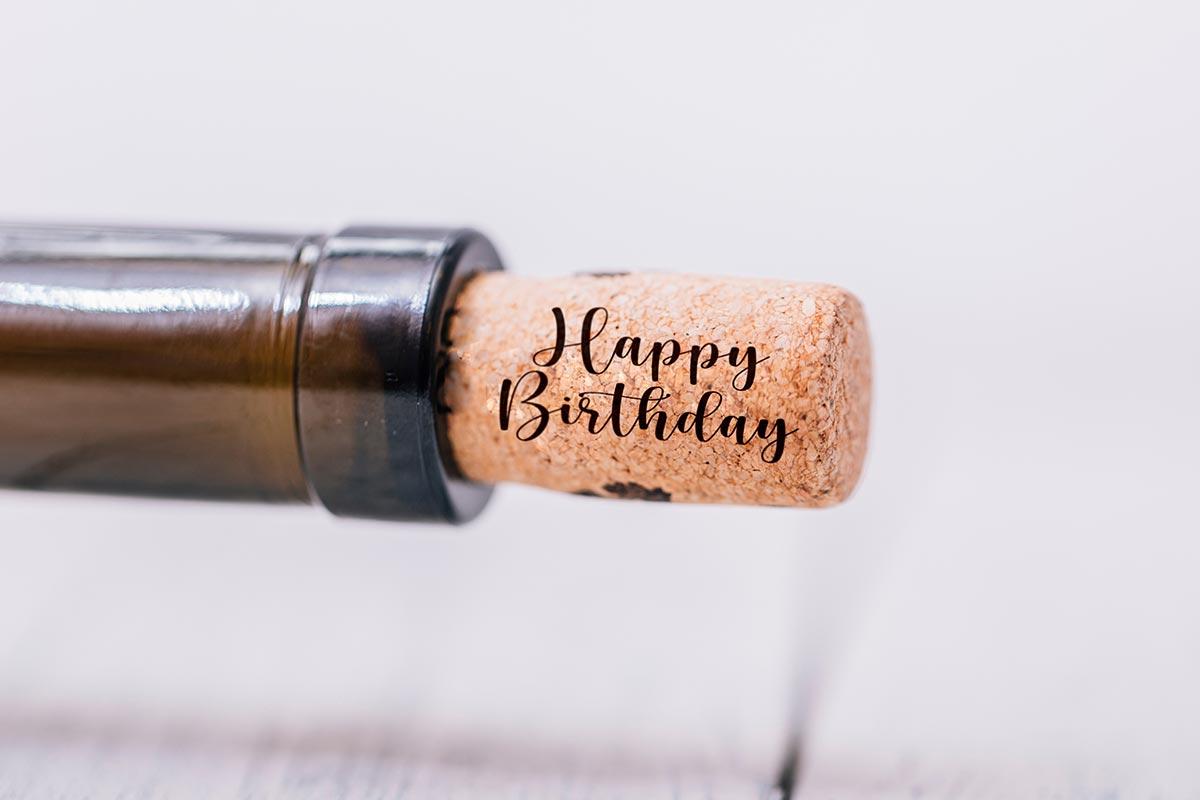 Happy Birthday auf Korken von Flasche