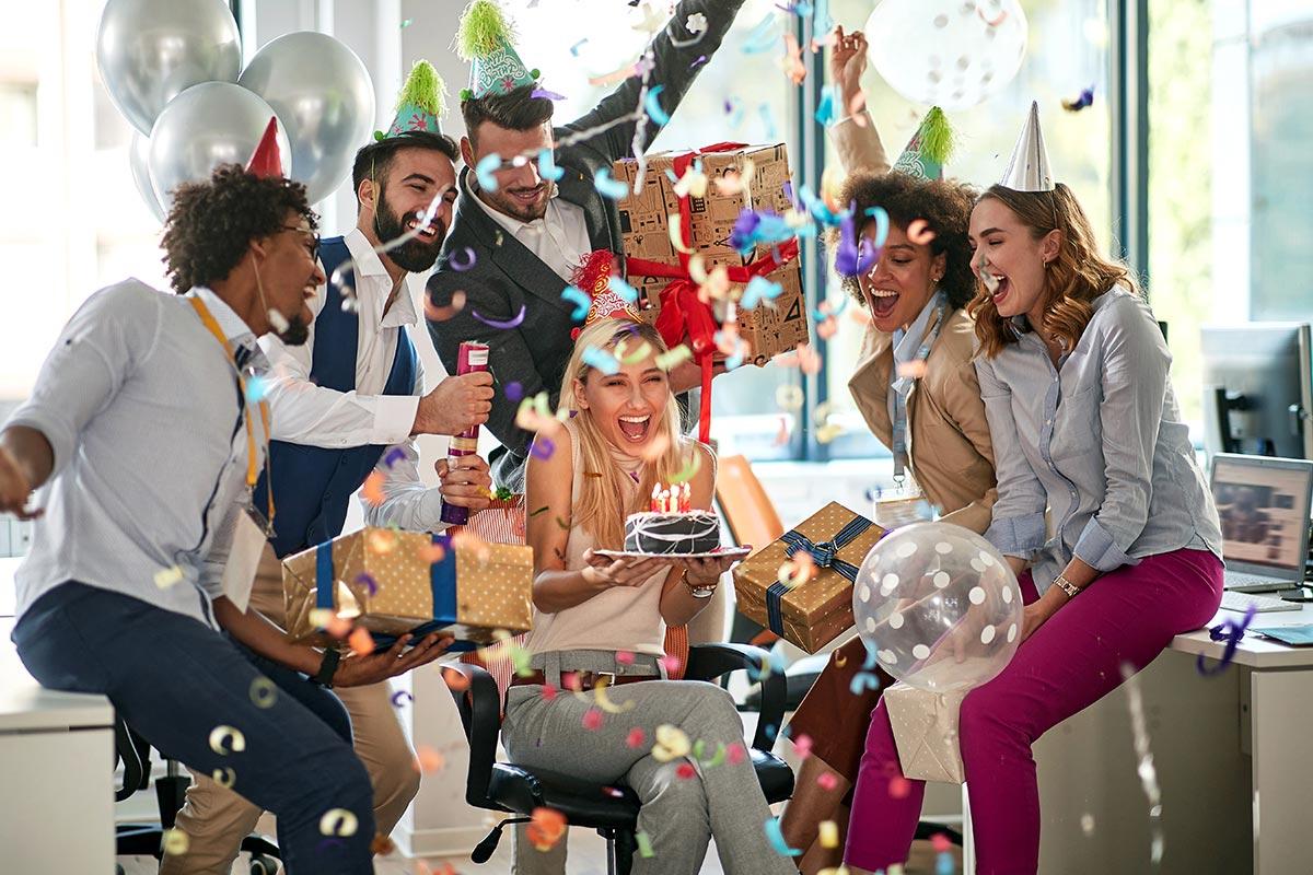Kollegen feiern zusammen Geburtstagsfeier