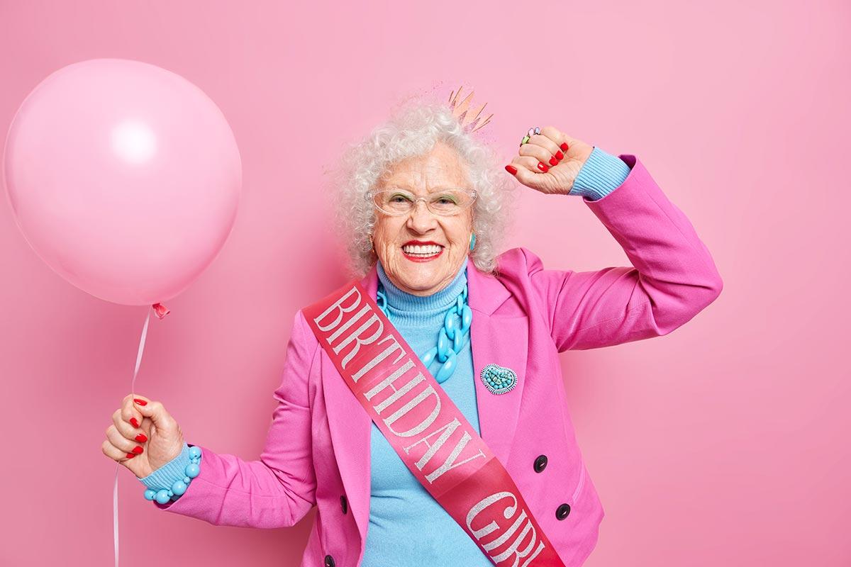 Senioren mit Luftballon und Schärpe zum 90.