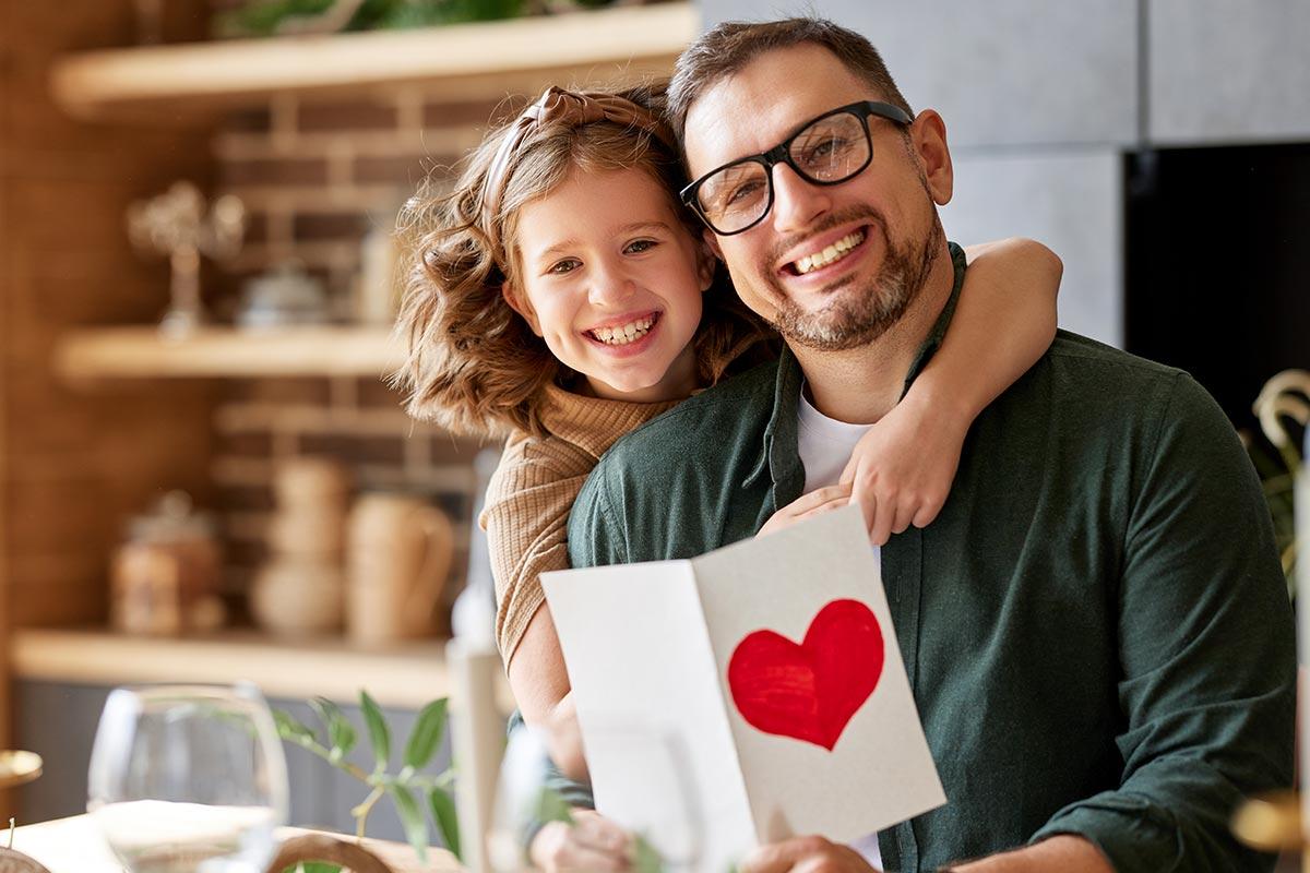 Vater freut sich mit Tochter über herzliche Geburtstagswünsche