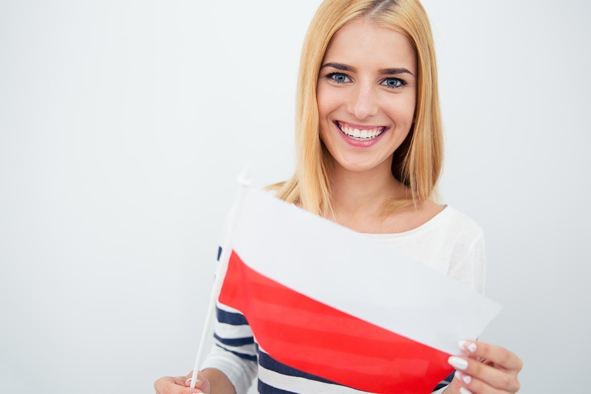 Junge Frau hält kleine polnische Flagge