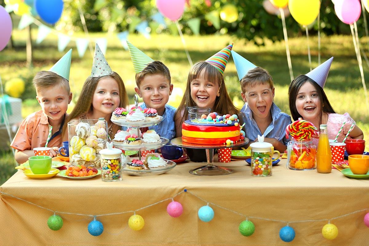 Kinder freuen sich zum Geburtstag über herzliche Glückwünsche