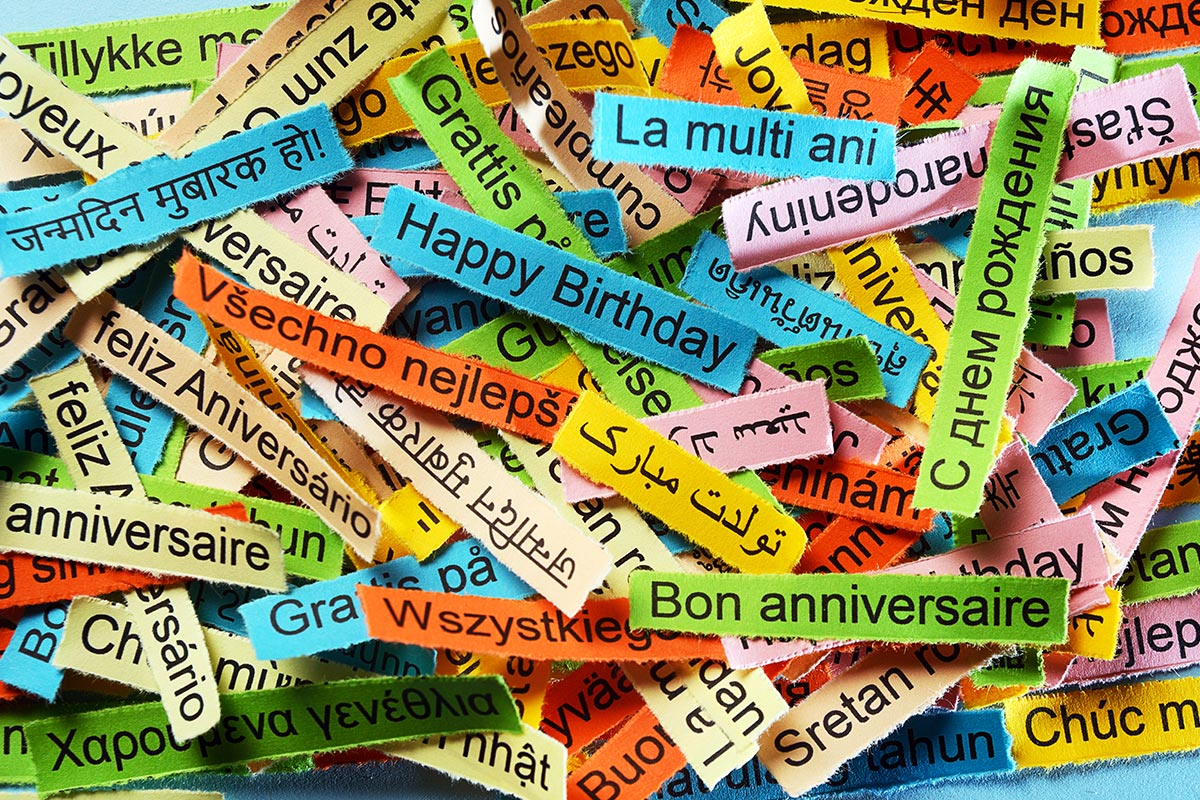 Schnipsel mit Geburtstagswünschen in verschiedenen Sprachen