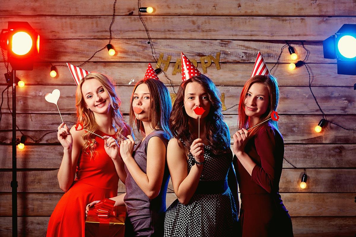 Mädchen feiert Party zum 16. Geburtstag mit Geburtstags-Glückwunsch