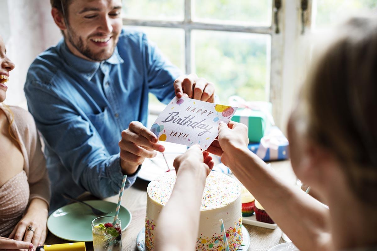 Mann erhält Karte mit Geburtstagwünschen