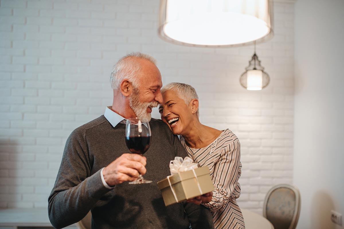 Älteres Ehepaar freut sich zusammen über schöne Geburtstagswünsche