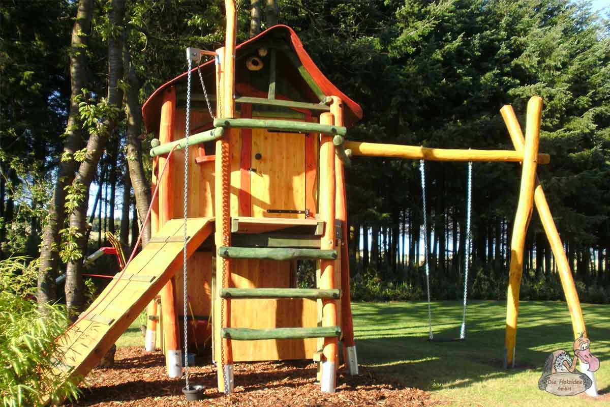 Kompakter Spielturm aus Holz