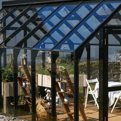 Schwarzes  möbliertes Glashaus