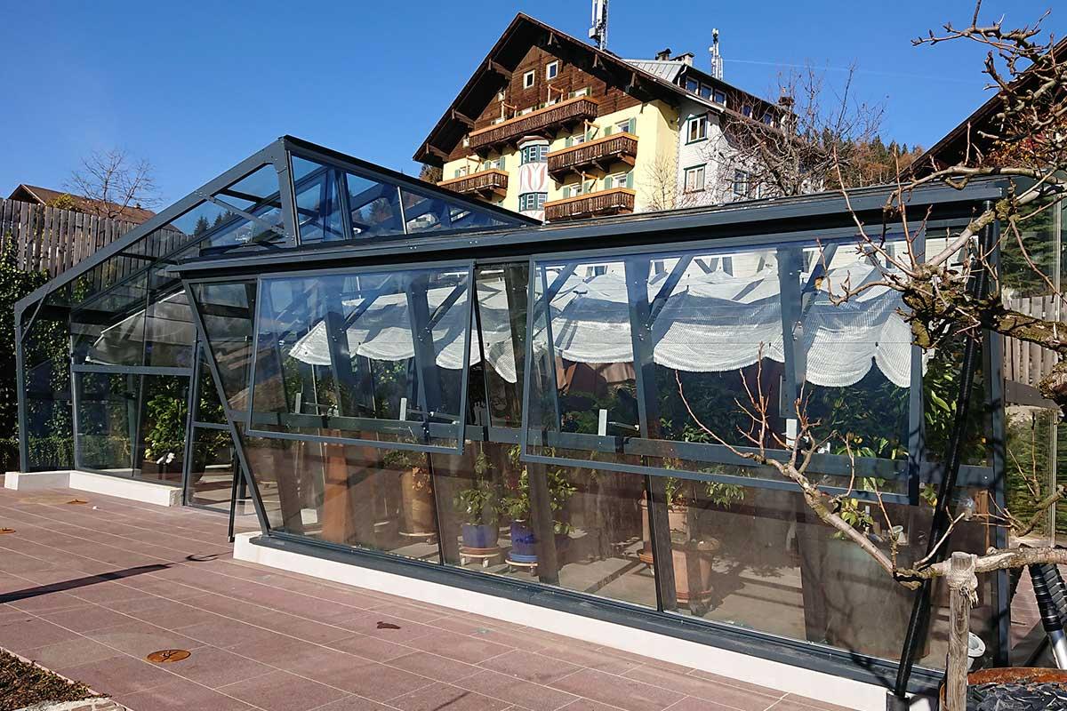 Modernes Gewächshaus vor einem Gästehaus