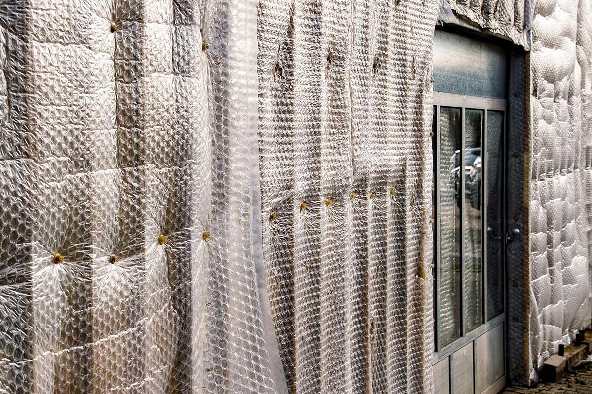 Isolierung mit Luftpolsterfolie im Gewächshaus