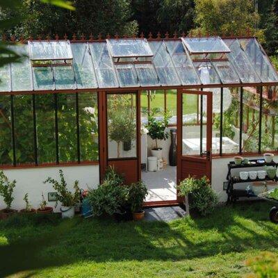 Gewächshaus mit abgestimmter Gartendeko