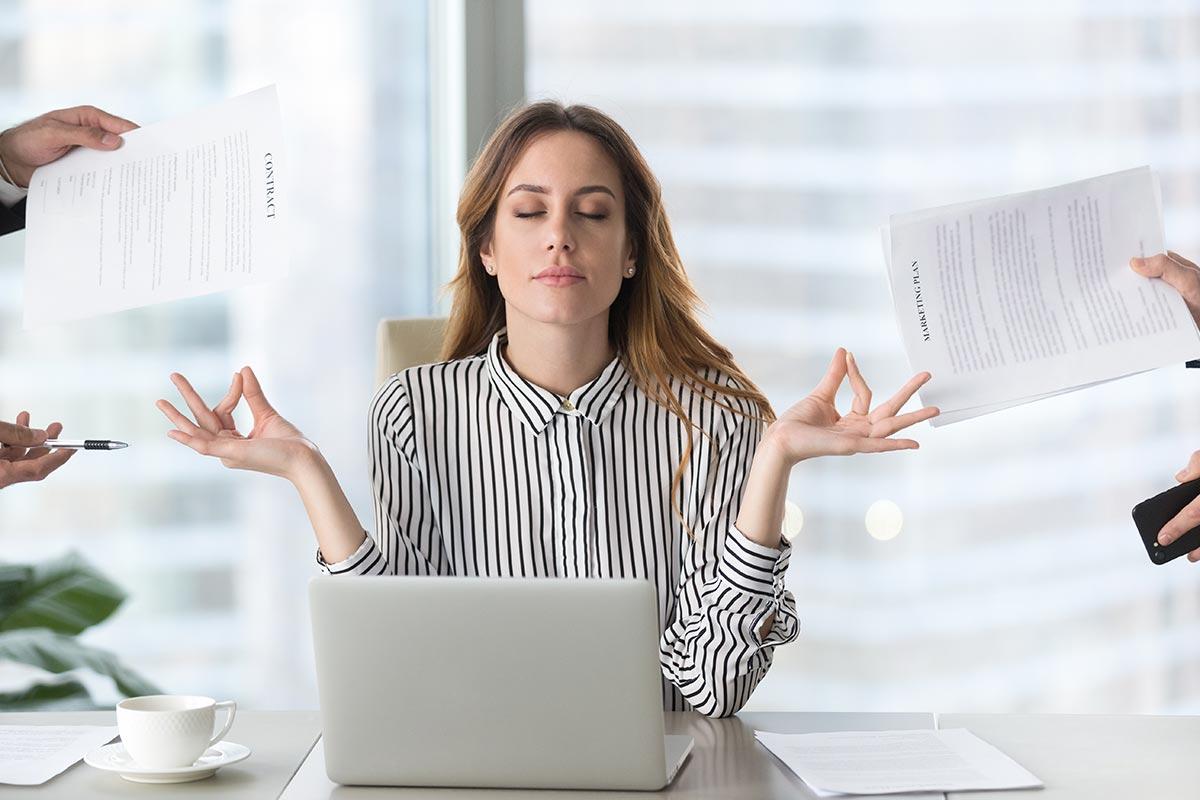 Junge Geschäftsfrau in Büro und Yoga-Pose entspannt
