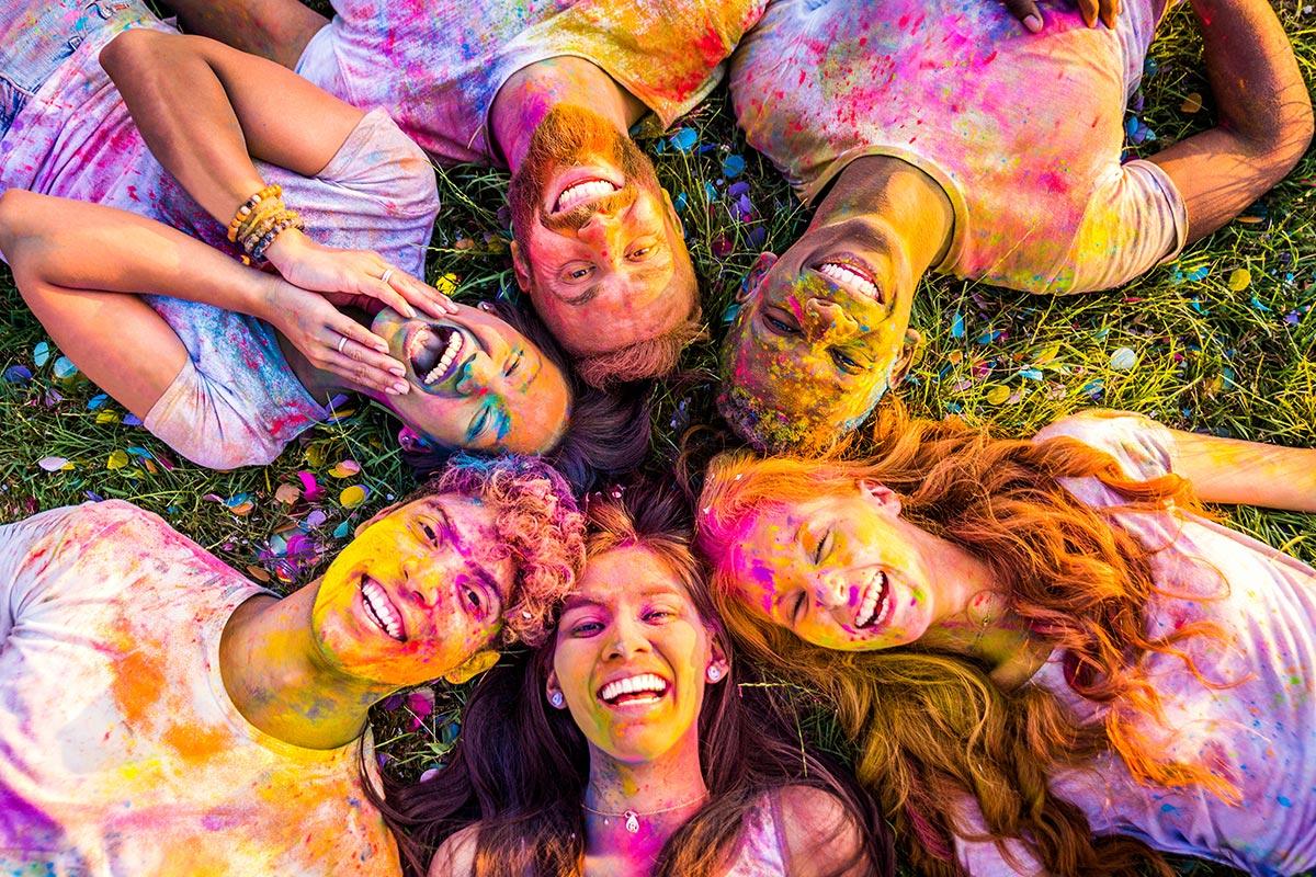 Teenager haben Spaß mit bunten Farben