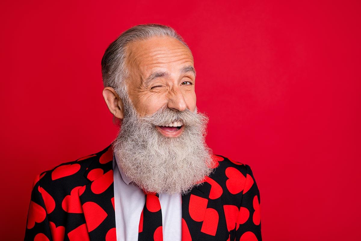 Cooler alter Mann freut sich über lustige Sex & Anmach-Sprüche