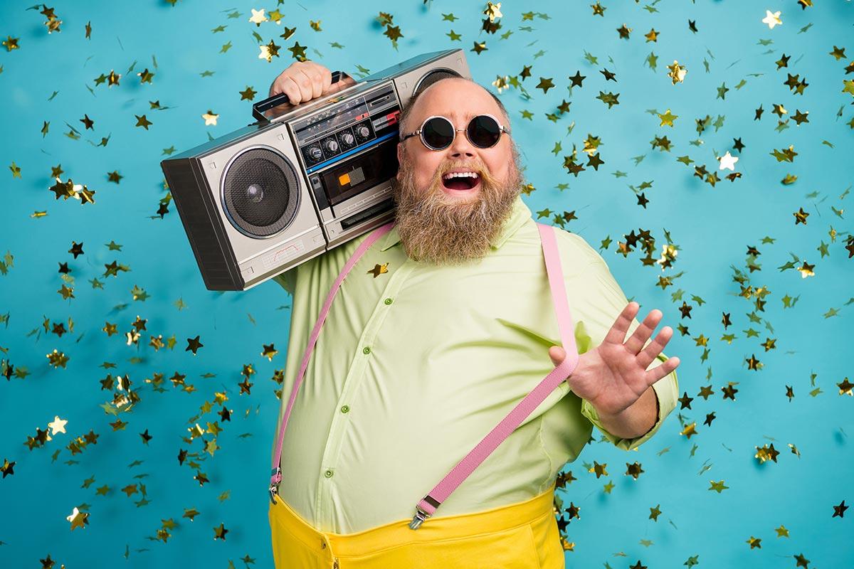 Lustiger Mann mit Sonnenbrille und Ghettoblaster freut sich über Wochenende