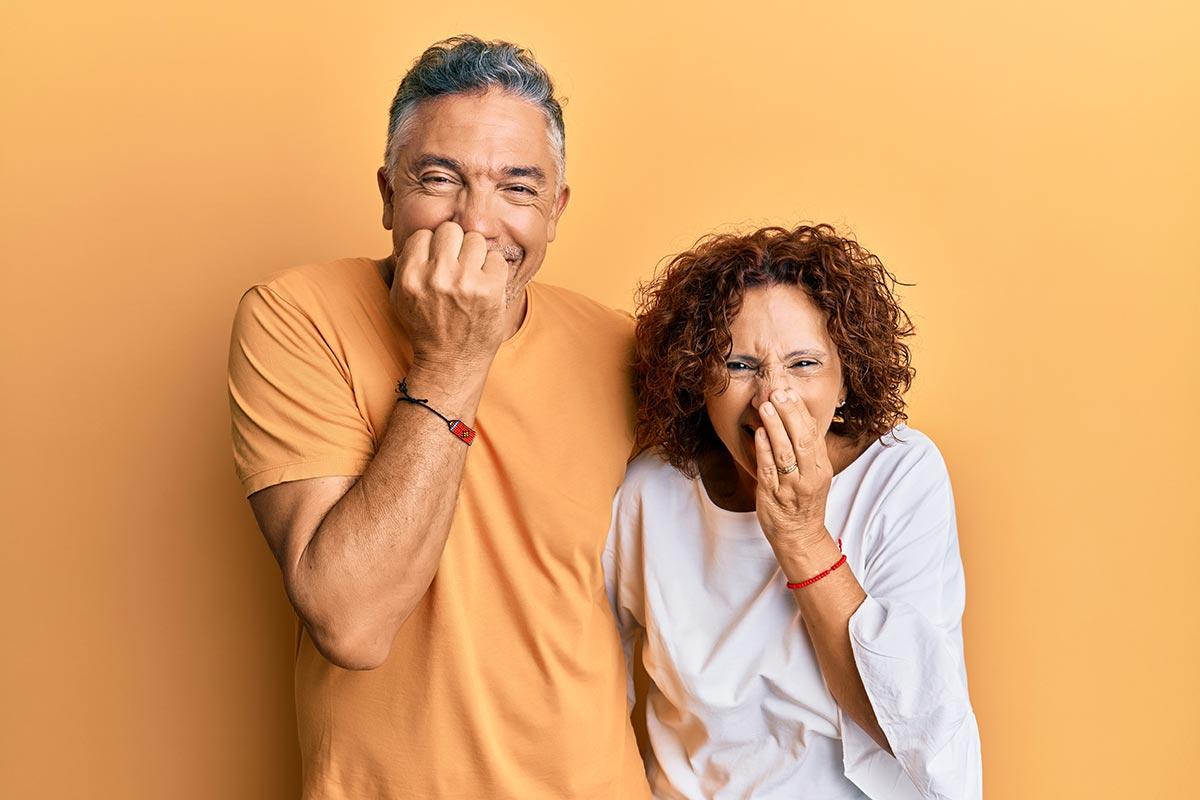 Ehepaar kichert zusammen über lustige zweideutige Sprüche