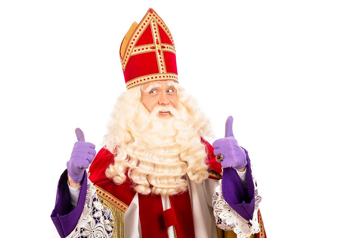 Mann in Nikolaus-Verkleidung freut sich über lustige Nikolaus-Sprüche