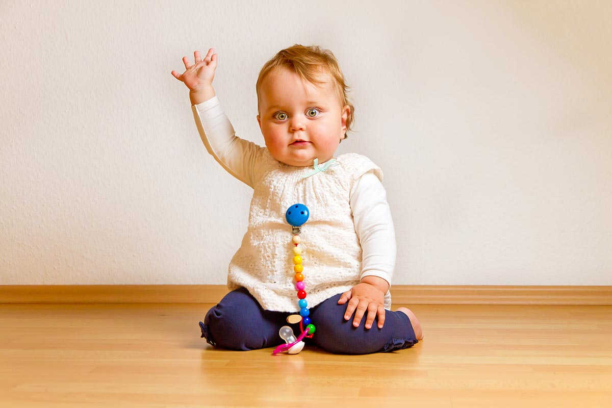 Baby winkt zum Abschied und freut sich über witzige Abschieds-Sprüche