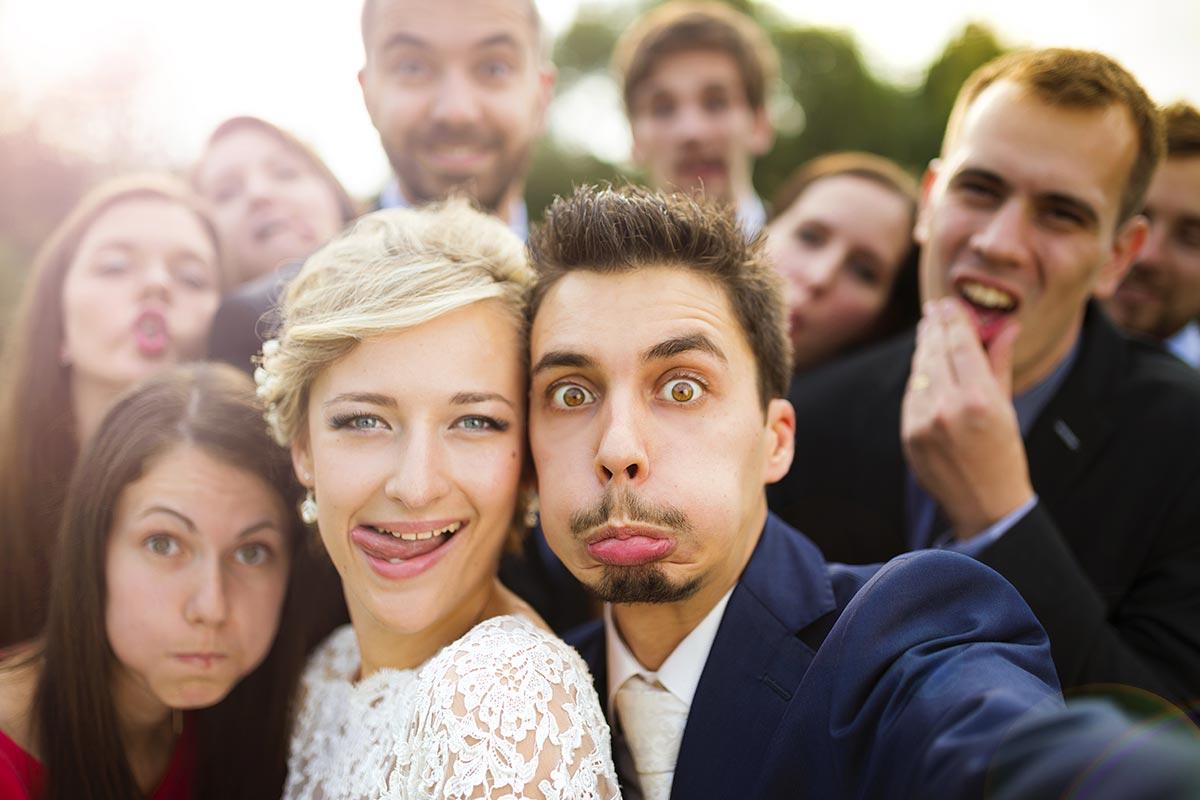 Hochzeitspärchen macht zu lustigen Sprüchen witzige Grimassen