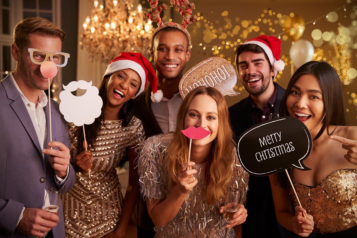Freunde freuen sich zusammen über lustige Weihnachtsgrüße