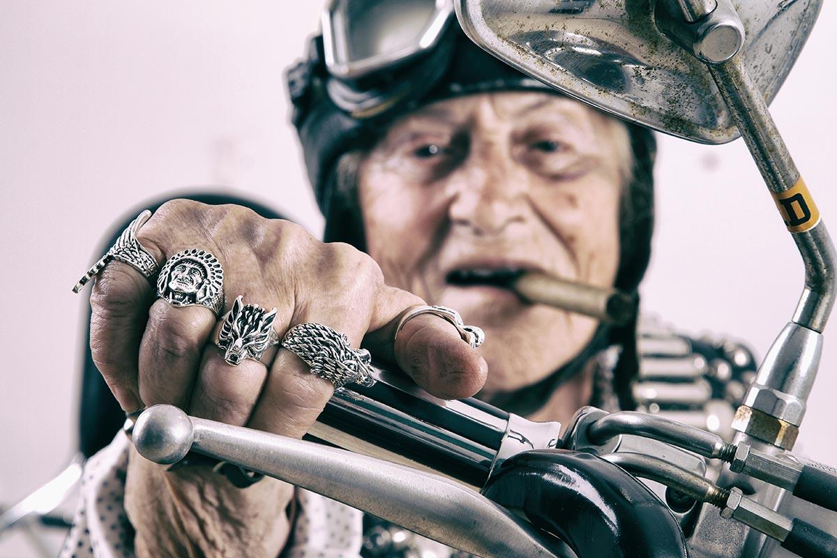 Lustige Oma auf Motorrad freut sich über Coole-Oma-Sprüche