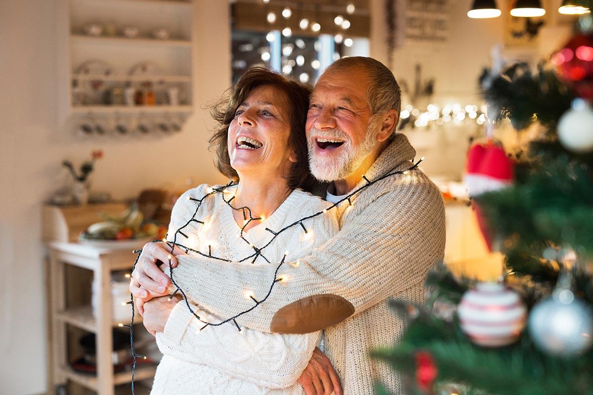Älteres Pärchen freut sich über witzige Sprüche zum Advent