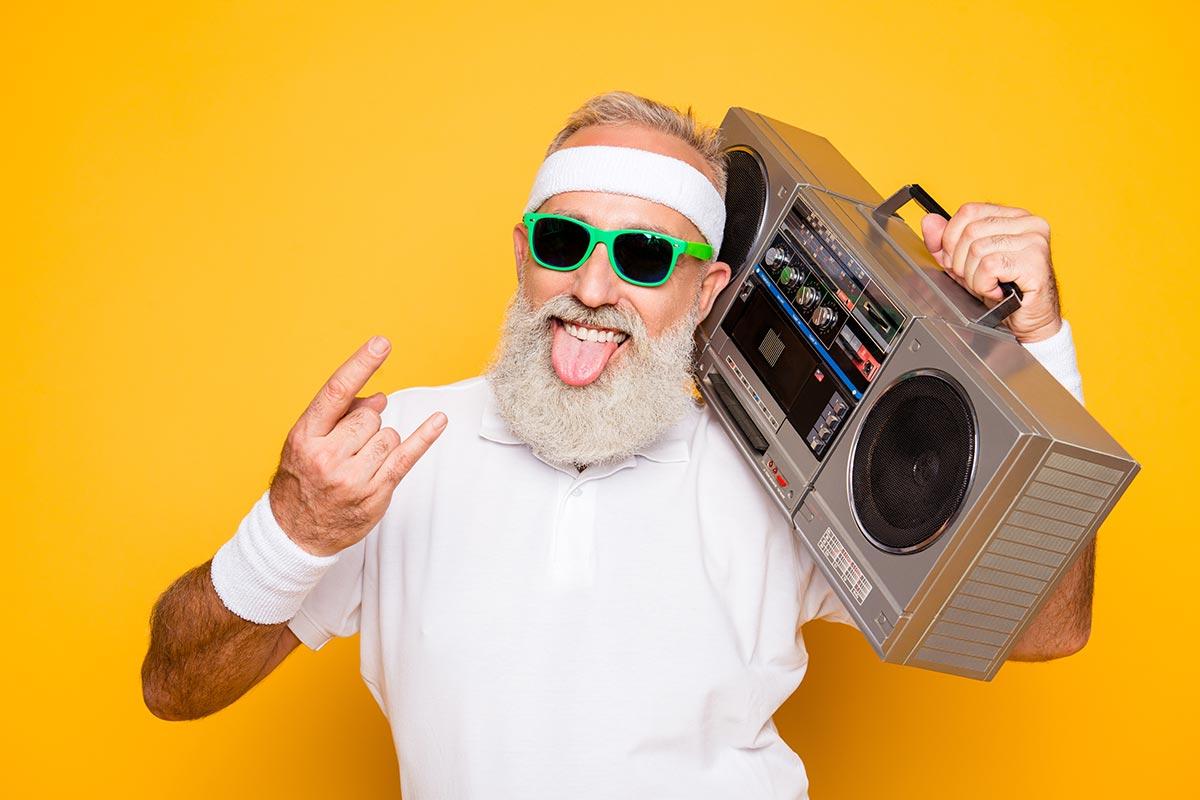 Cooler lustiger Opa mit Ghettoblaster vor orangenem Hintergrund