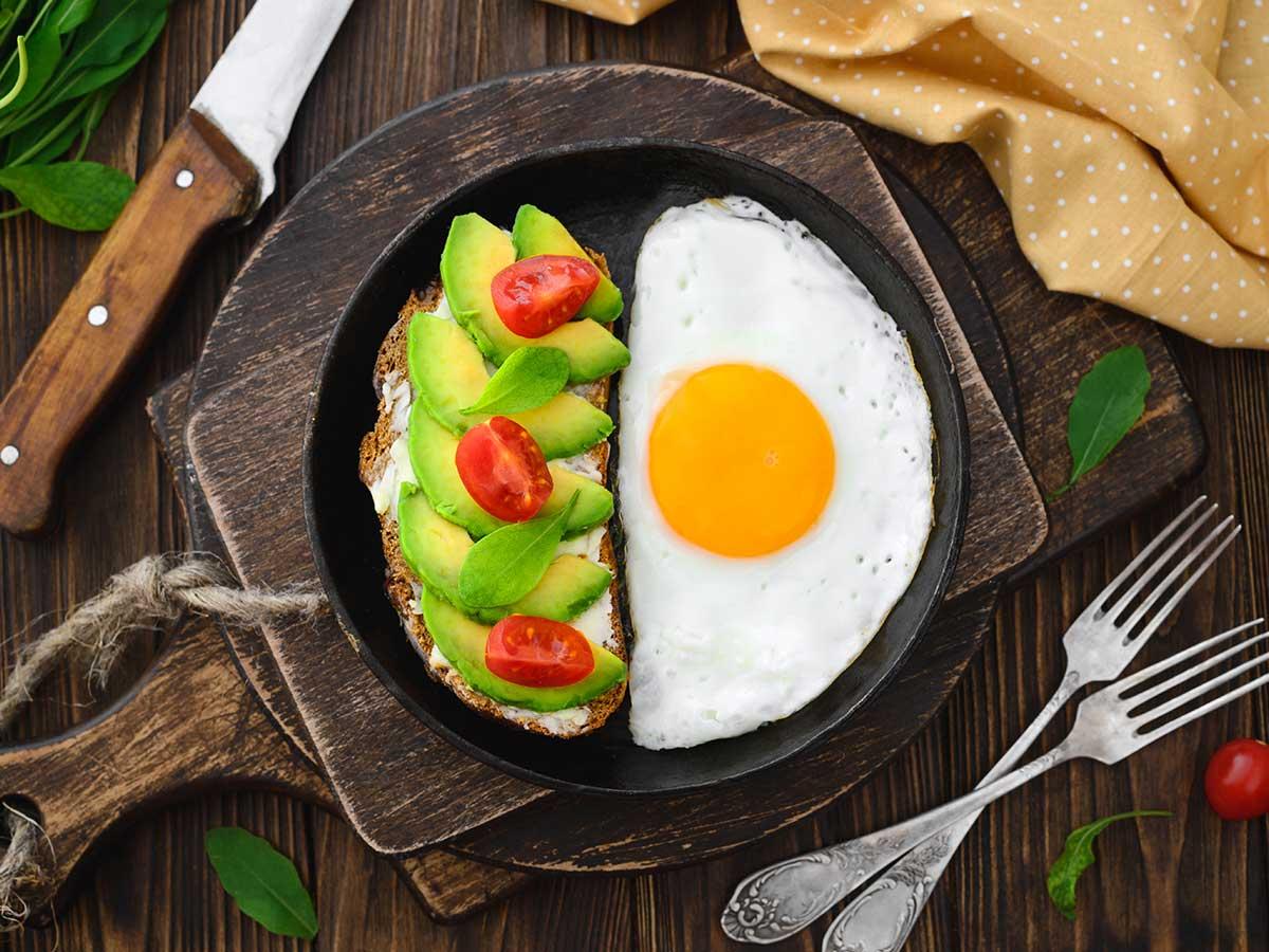 Avocado-Scheiben, Brot und Ei