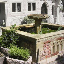 Romantischer Antik Steinbrunnen eckig - Kenton Farm Brunnen