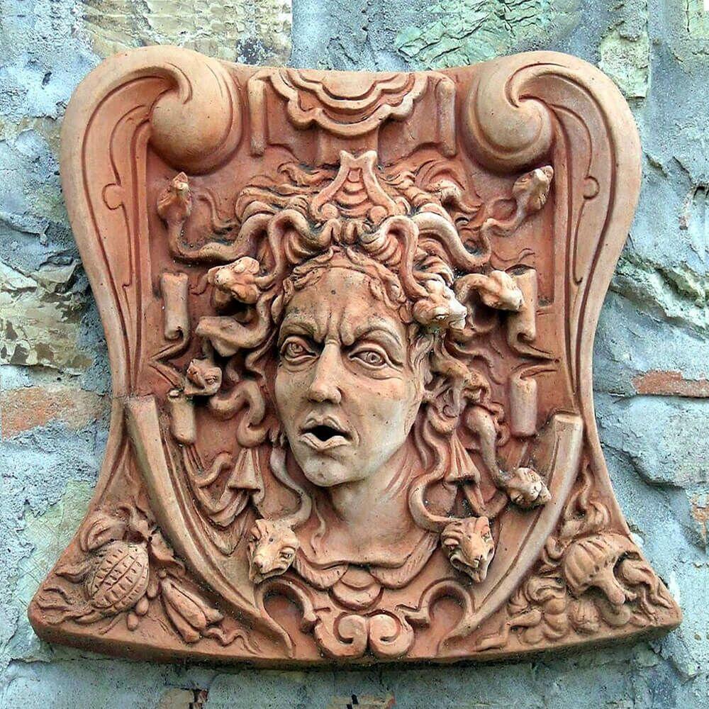 Mystisches relief medusa aus terracotta for Terracotta gartendekoration