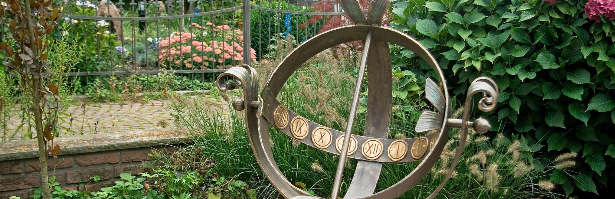 Sonnenuhren für den|br|Garten, Dekorative Sonnenuhren aus|br|Bronze, Edelstahl und Stein|br|zum einfachen aufstellen im|br|Garten. |btn|Zu den Sonnenuhren